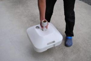 注水型のぼり立て台の持ち方