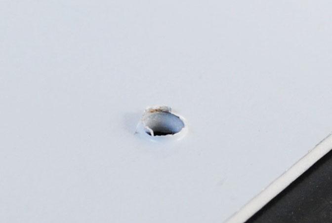 駐車場看板の穴あけのバリ