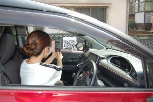 車に乗ったままQRコードを読み込む様子