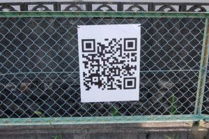 大きくQRコードを印刷した看板